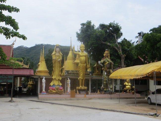 Статуи при храме