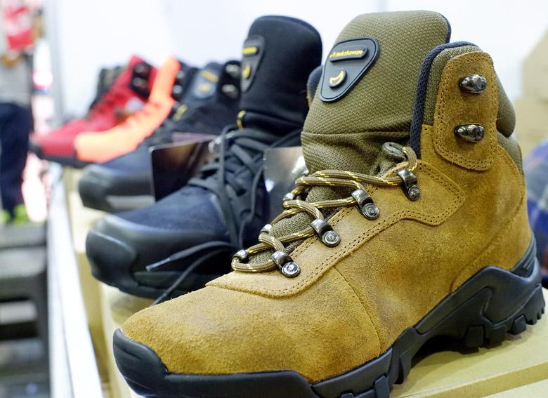 Mokhzaware-sepatu-gunung-buatan-lokal