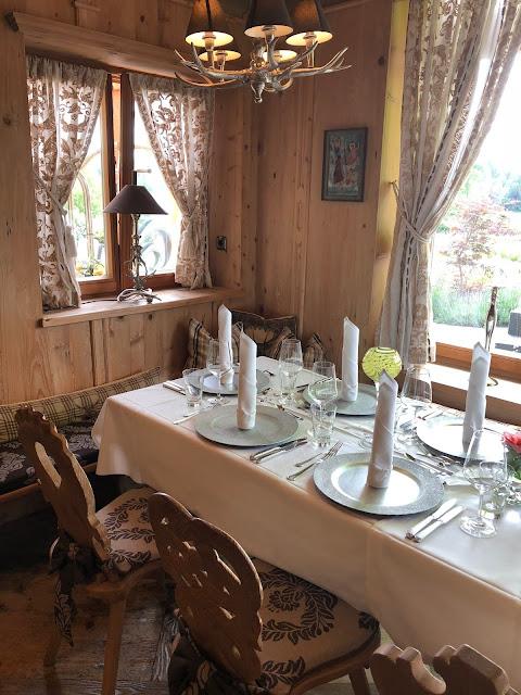 Hochzeitstafel im Seestüberl, Uschis Hochzeitsblog, Hochzeitslocation, Location-Tipp, Parkhotel am Soier See, Ammergauer Alpen, heiraten am See, Bayern, Hochzeitsplanerin Uschi Glas, Bad Bayersoien, Standesamt
