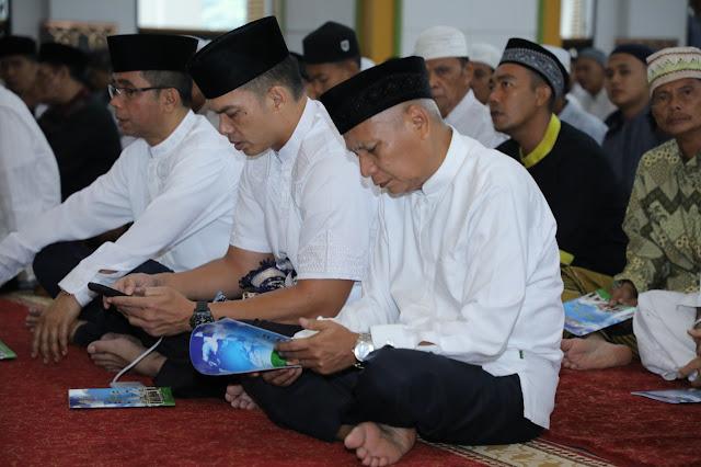 Plt Bupati Asahan Surya sholat Idul Fitri di Masjid Agung.