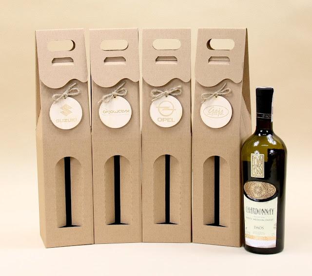 Kartonik na wino z logo na zawieszce