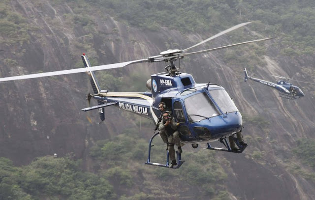 Um helicóptero da Polícia Militar caiu próximo à favela Cidade de Deus, na zona oeste do Rio de Janeiro, no início da noite deste sábado, 19