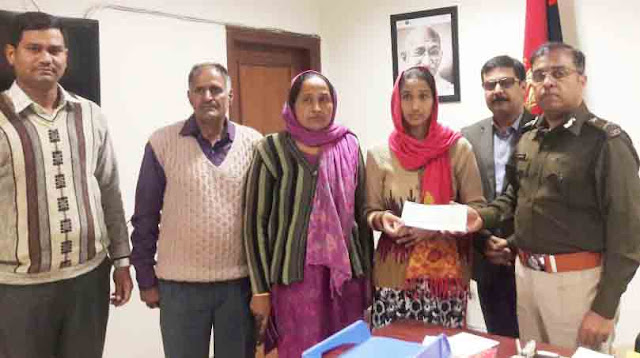 Police Commissioner Dr. Hanif Qureshi handed over a check of Rs 30 lakh to Pratip Kumar's wife