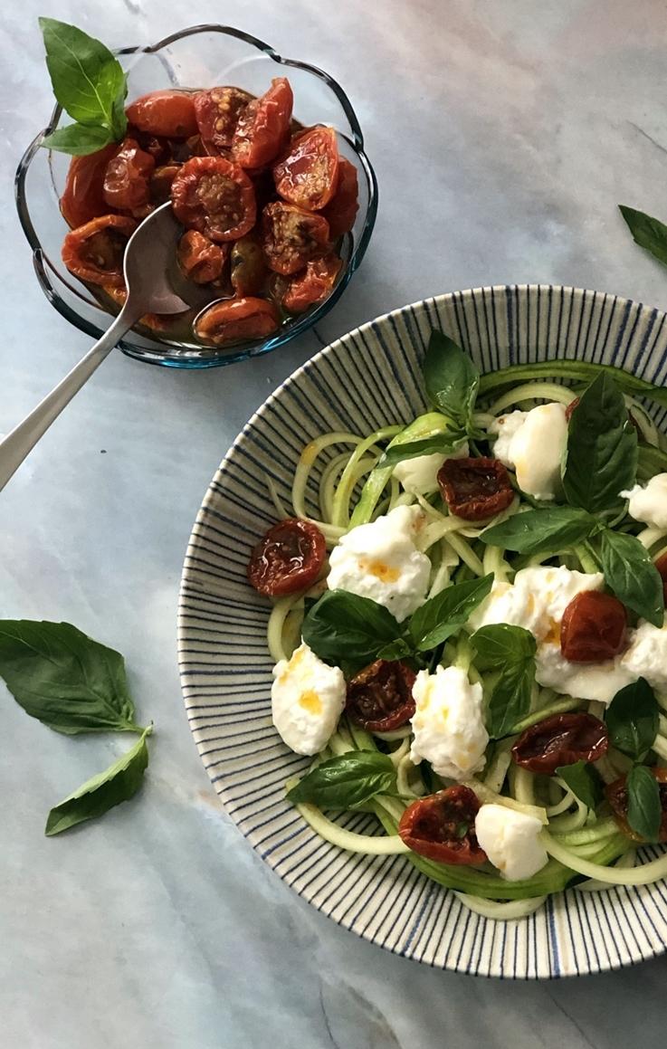 Fideos de calabacín con burrata y pomodorini
