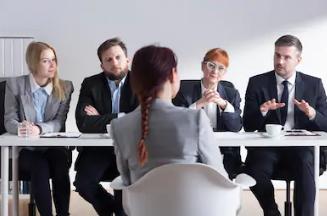 التركيز مع القائمين بإجراء مقابلات العمل