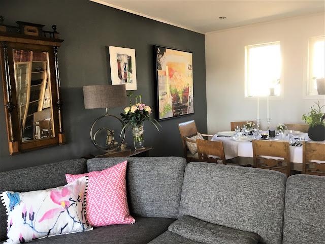 En større del av stuen sammen med spisestuen - borddekking