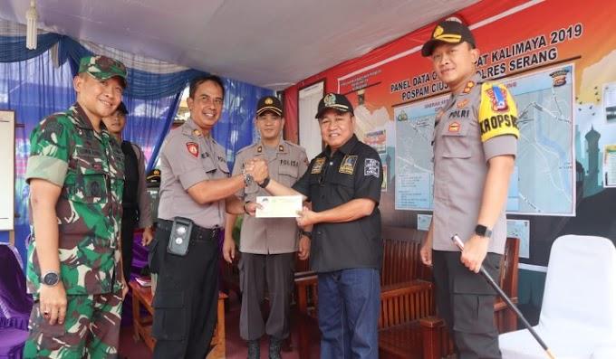 Ketua DPRD Kabupaten Serang Tinjau Pospam dan Berikan Parsel Kepada Personel Kepolisian