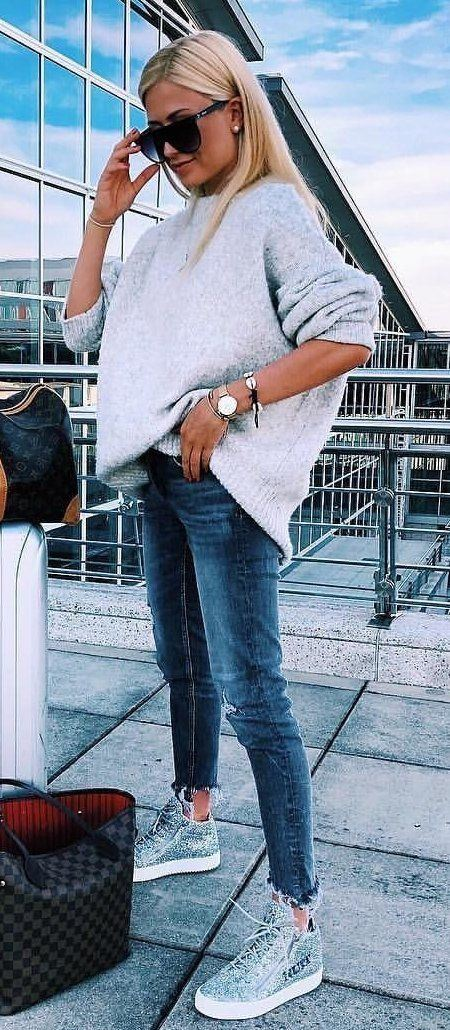 casual winter outfit / bag + sneakers + jeans + oversized sweater