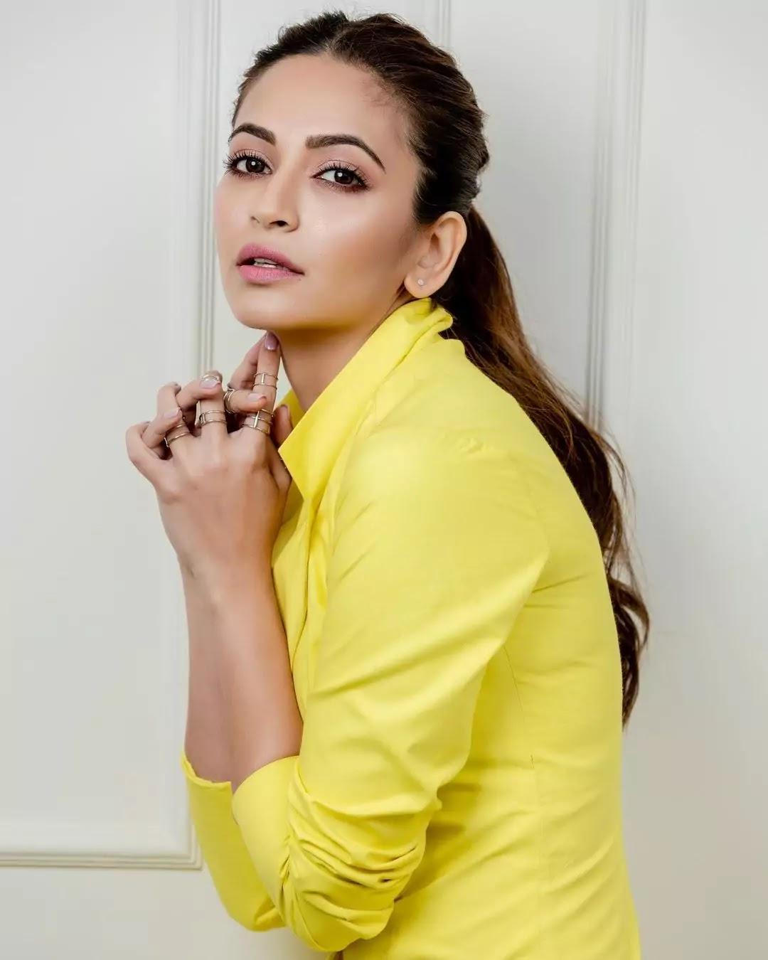kriti-kharbhanda-hot-looks-in-yellow-blazer-dress