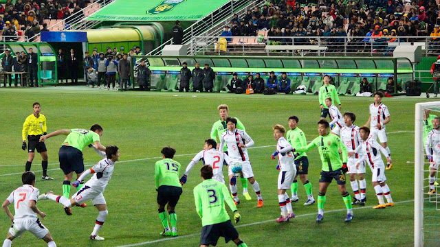 Kim Shin-wook's first attempt at goal in the Jeonbuk FC jersey as he makes his debut against FC Tokyo