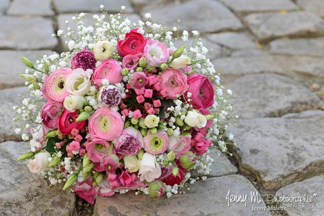 photo bouquet de la mariée tons roses, avec roses, renoncules, gypsophile