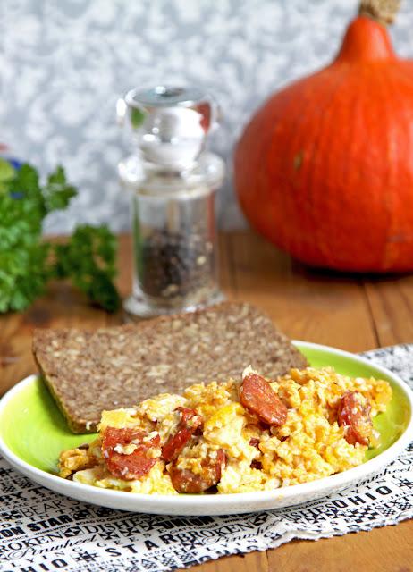 jajecznica, jajecznica z chorizo, chorizo, śniadanie,