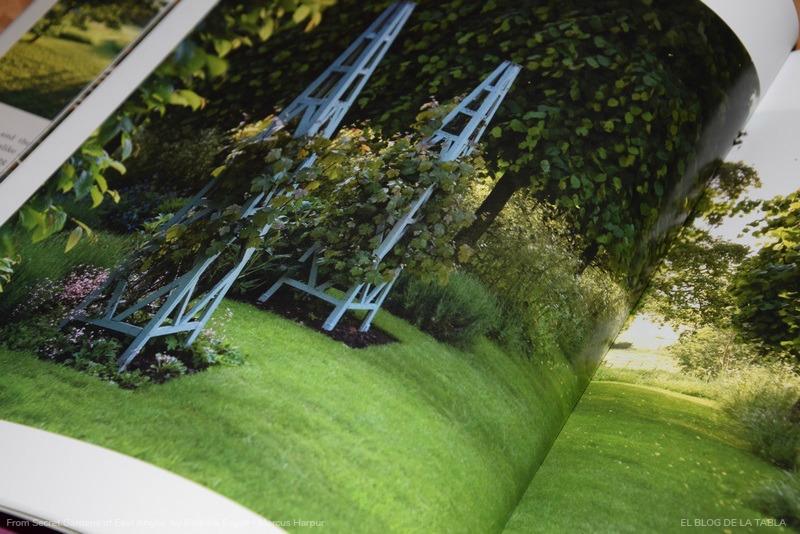 Obelisco para plantas trepadoras en Columbine Hall, Suffolk. Jardines secretos en inglaterra,