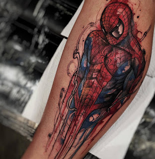 Tatuaje de Spiderman a color en el antebrazo