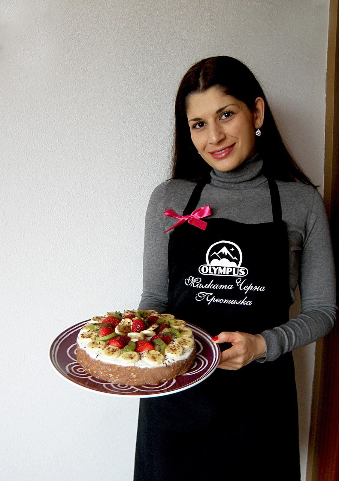 Домашна бисквитена торта с извара и плодове, без печене