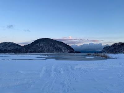 1月の雪の積もった猪苗代湖モビレージ