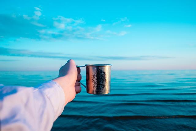 睡前、早上、中午時喝杯水 補給水分
