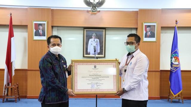 Kepala Badan Litbang Kemendagri, Dr. Agus Fatoni, M.Si. Berikan Penghargaan kepada Pegawai Teladan, Produktif dan Berprestasi