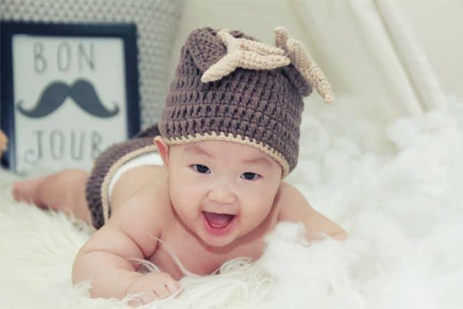 pilih topi dengan bahan rajut agar si kecil tidak kegerahan