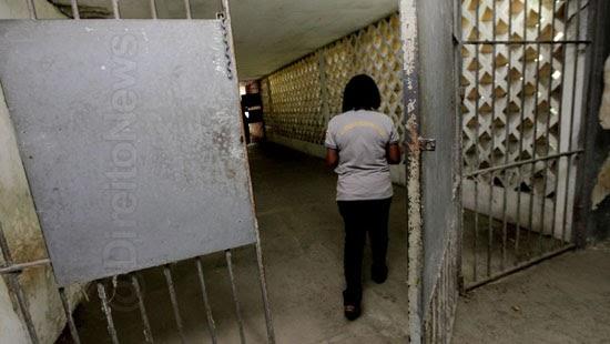 professora indenizada 100 presa 11 detentos