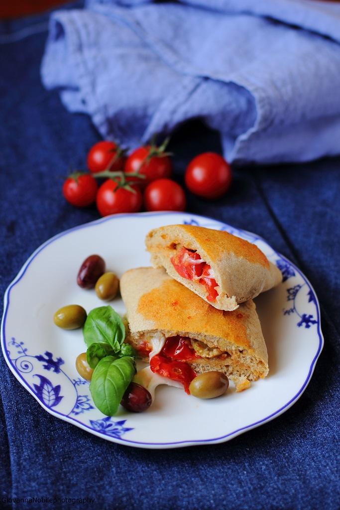 Panzerotti integrali farciti con fior di latte, salsa di pomodori alle olive e olive nere