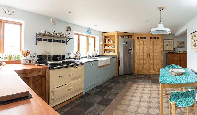 Традиционная английская кухня в эклектичном стиле от Auspicious Furniture