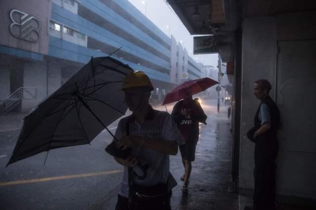 بعد اعصر هاتو المميت بايام العاصفة باخار تضرب هونج كونج ومكاو