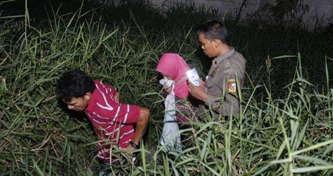 Tim gabungan bongkar tenda-tenda mesum di Pantai Padang | merdeka.com