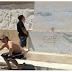 Σύντροφε τα καμαρώνεις αυτά τα δύο ρεμάλια που που χέζουν και κατουράνε το άγαλμα του Λεωνίδα; (photo)