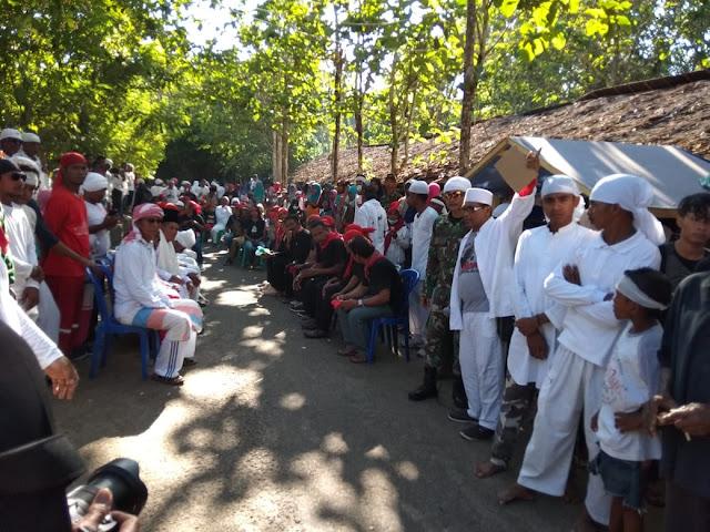 Personel Satgas Yonif Raider Khusus 136 Pamrahwan Maluku Ikuti Tradisi Tarik Kayu