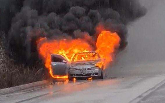 Ολοσχερώς καταστράφηκε το ΙΧ, το οποίο άρπαξε φωτιά εν κινήσει, το μεσημέρι της Τρίτης, στον δρόμο που ενώνει την Εγνατία Οδό, με το χωριό Μαζαρακιά Ηγουμενίτσας.