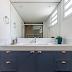 Banheiro azul e branco com estilo clássico!