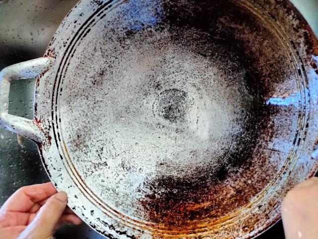 kilatkan kuali dengan sabun buruh