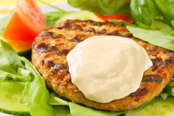 Μπιφτέκια με σάλτσα γιαουρτιού-ανθότυρου