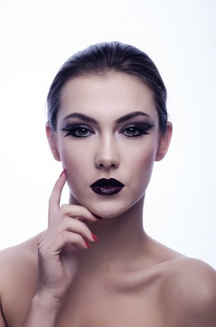 Line-your-lips-with-a-lip-liner