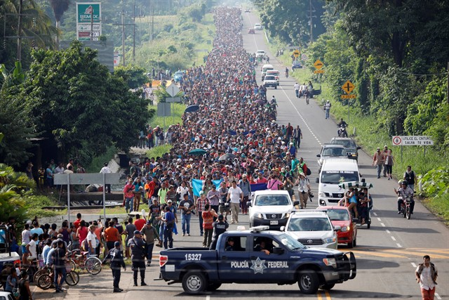 Mike Pence acusó a Venezuela de financiar la caravana de emigrantes de Honduras