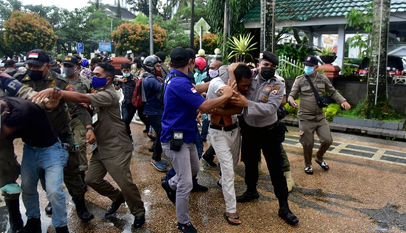 Demo Mahasiswa Ambon Tolak PPKM Mikro Berlangsung Ricuh: Jangan Matikan Perekonomian Rakyat!
