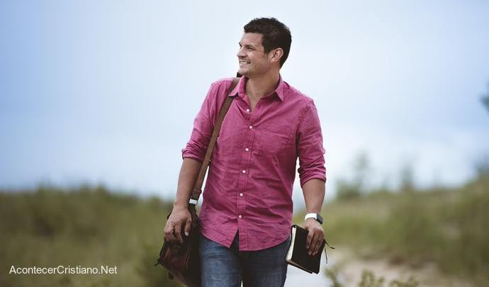 Hombre caminando con Biblia y evangelizando