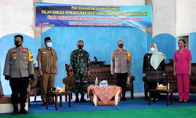 Bangun Sekat Kanal, Kapolda beserta Ibu Ketua Bhayangkari Jambi Berikan Bibit Ikan dan Sembako kepada warga terdampak Covid-19
