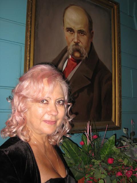 Лилия Золотоноша возле портрета Тараса Шевченко