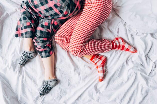 5-alasan-mengapa-tidur-dengan-kaus-kaki-merupakan-ide-buruk