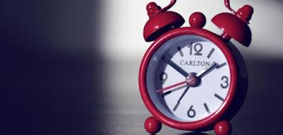 """نطق وكتابة الوقت """"الساعة"""" بالإنجليزية البريطانية والأمريكية"""