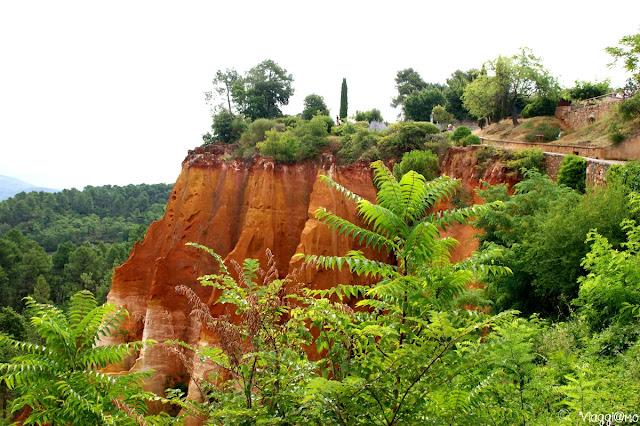 Vista del rosso acceso della terra del villaggio