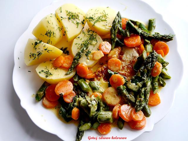 Filet z kurczaka ze szparagami i marchewką w sosie śmietanowym - Czytaj więcej »