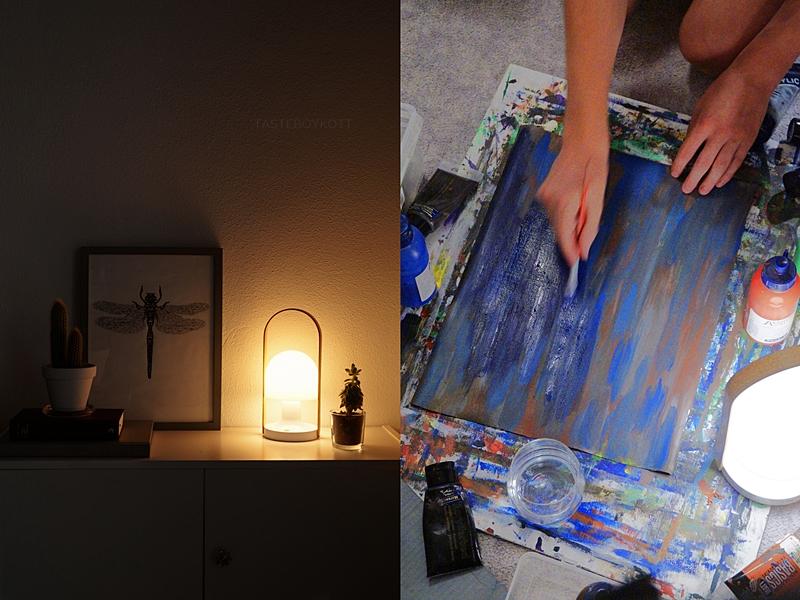 Abstrakte Malerei am Abend und schlichte Deko auf dem Sideboard mit der FollowMe-Tischleuchte von Marset