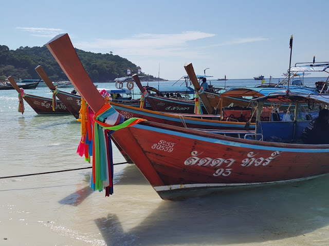 longtail boats em Koh Lipe, Tailândia