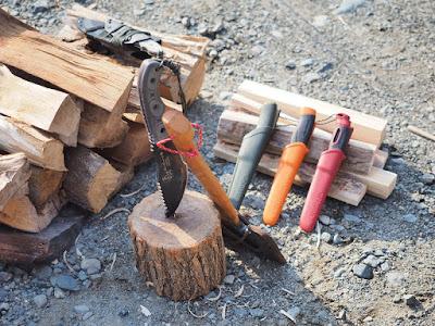 薪とナイフと斧