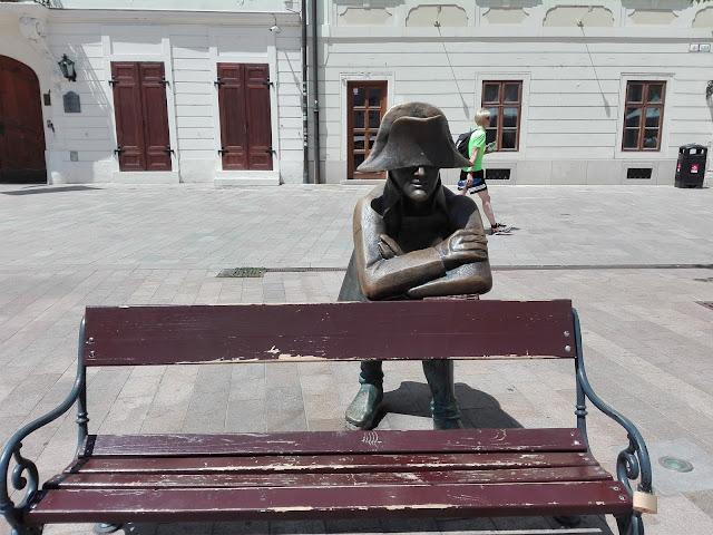 Estatuta de un soldado apoyado en un banco en la plaza Hlavné Naméstie (Bratislava) (@mibaulviajero)