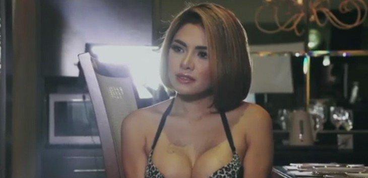 a8e6b3517 JAKARTA – Wanita tanpa bra, sepertinya ada yang kurang dengan  penampilannya. Namun tidak demikian dengan beberapa selebritis Tanah Air.