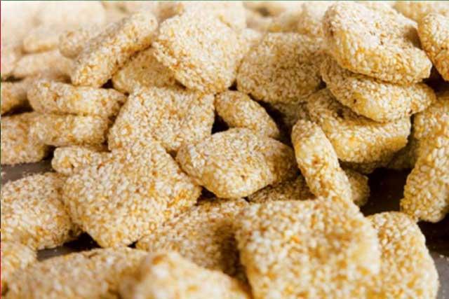 làm từ bột gạo, bột nếp, đường kính và mè